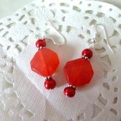 Bijoux fantaisie : boucles d'oreille losange rouge transparent et perles rouges@laboutiquedenath