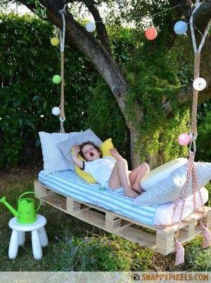 Creatieve manier om je tuin een speels karakter te geven. Lekker genieten van een heerlijke tuin op je hangbed!