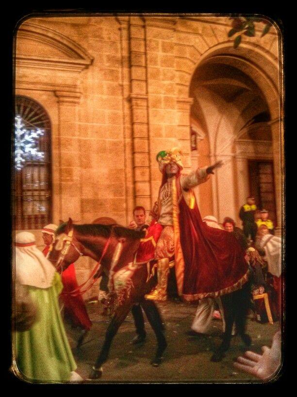 Llega el Heraldo al ayuntamiento de Sevilla.