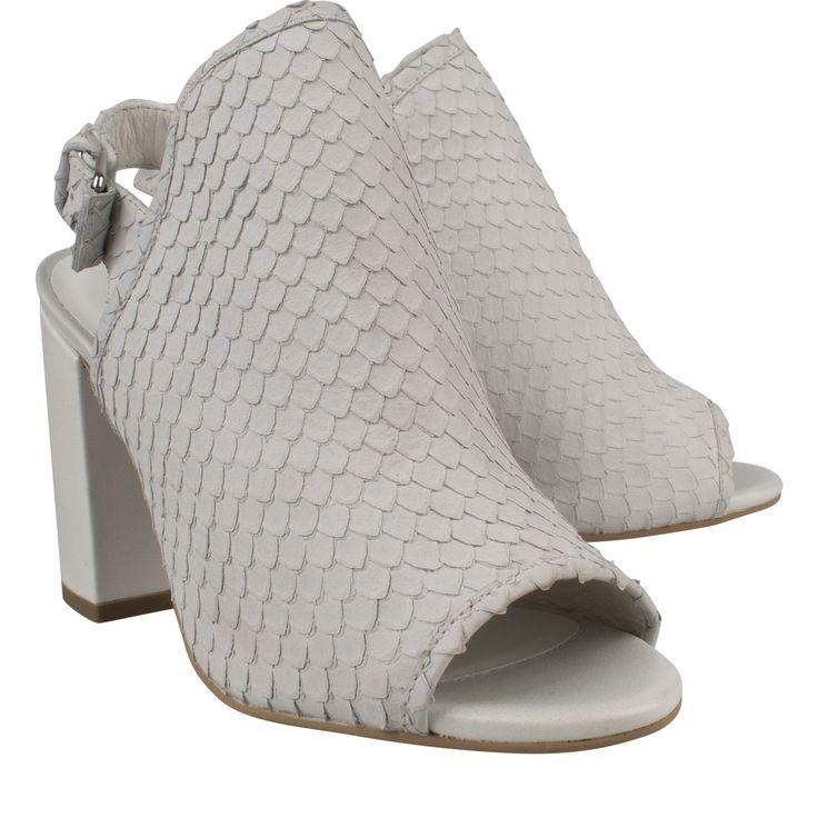 Elvio Zanon 2502 wit sandaal hak met gesp  Sandalette van het merk Elvio Zanon model 2502 avorio. Deze witte sandaal met hak is vervaardigd van geschubt leder. Deze peeptoe hak is voorzien van een verstelbare gespsluiting wat zorgt voor een goede aansluiting van de voet. Deze Elvio Zanon sandalettes hebben een lederen voetbed en een stoere brede hak wat zorgt voor goed comfort. Deze fashionable hakken met reptielprint zijn zowel netjes als casual te dragen.  EUR 94.85  Meer informatie