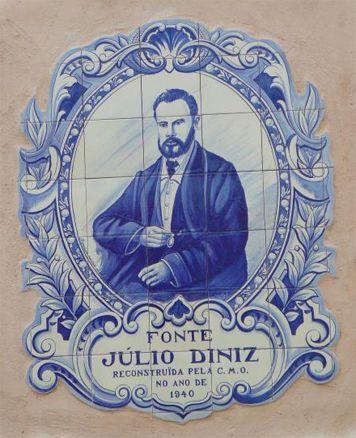 """JÚLIO DINIS (1940) - painel de azulejos na fonte Júlio Diniz em Ovar, painel que se encontra ladeado por outros dois painéis de azulejos com cenas do seu romance """"As Pupilas do Senhor Reitor""""."""