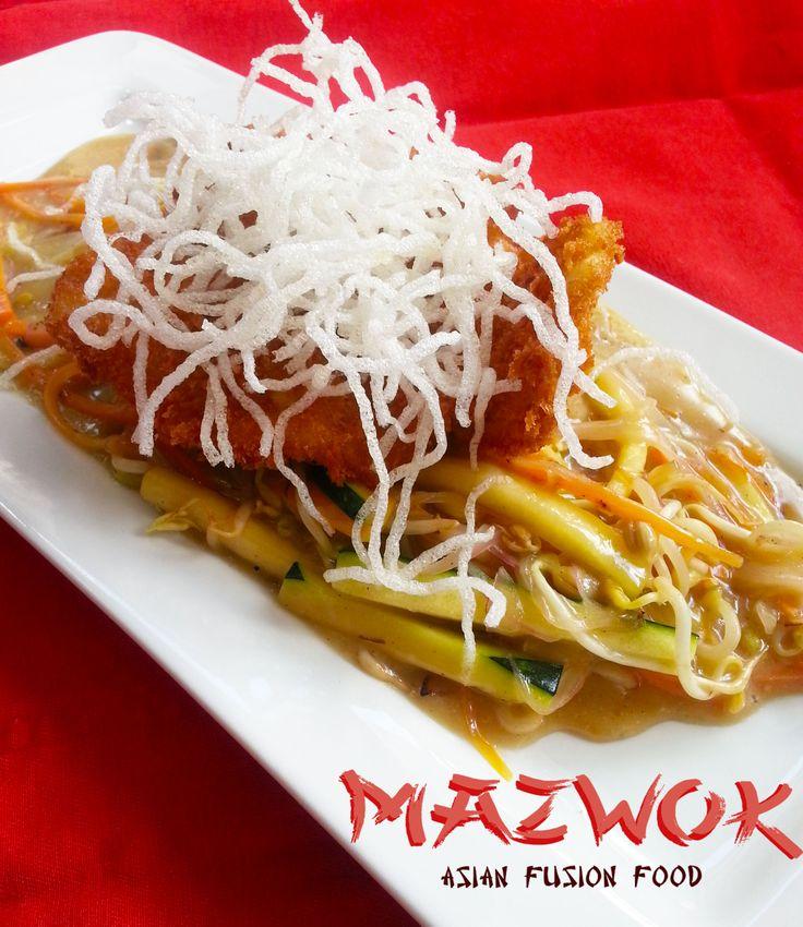 Madai Curry: Filete de pargo rojo apanado, montado sobre una cama de vegetales frescos en salsa curry y pasta bermichelli frita.