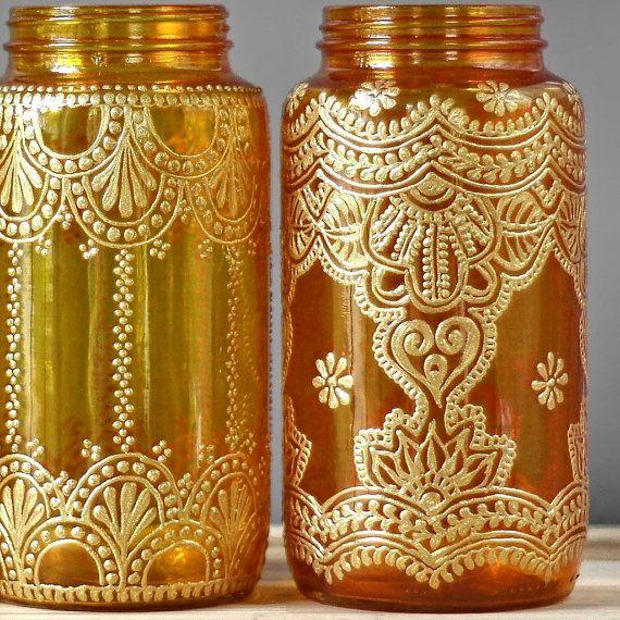 Jarrón de Bohemia, boda decoración superior de tabla, elija uno de tres tarros de Mason con detalles oro inspirado marroquí  Este listado está para un 32 oz (cuarto de galón tamaño) vasija tarro de masón de pintado a mano. Usted elige de los tres frascos en la foto, cristal amarillo canario, mandarina vidrio o vidrio profundo naranja. ¿Ver un diseño le gusta pero quiero un color de vidrio diferentes? ¡No hay problema! Sólo tienes que elegir el vaso con el diseño como, a continuación, me…