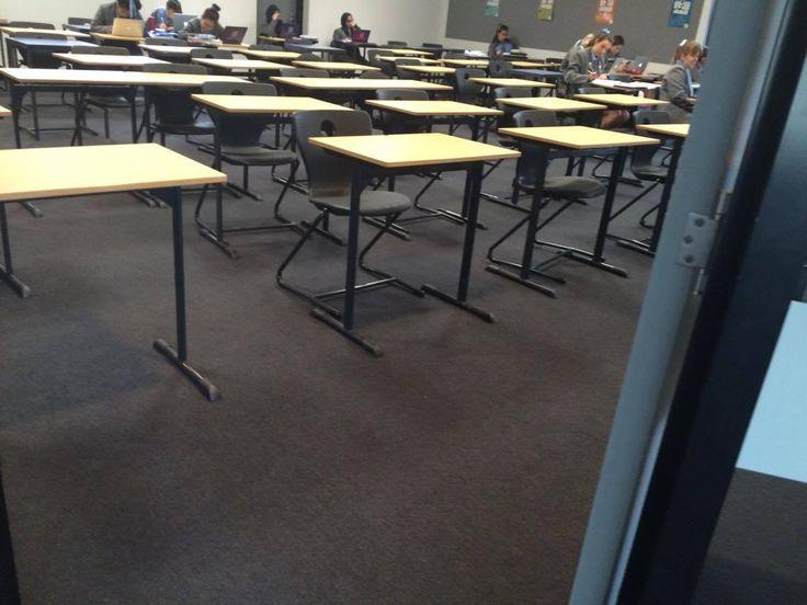 cette photo est la chambre où les élèves viennent pour leur étude. Si le prof est absent, les élèves viennent ici est continuer à la travail. La chambre a beaucoup de bureaus pour les élèves. De temps en temps, l'école mets les examens pur les élèves ici. Dans cette photo, il n'y  a personnes pas car c'était le déjeuner pur les élèves. Mais pendant le temps de cours, cette chambre a beaucoup de élèves.