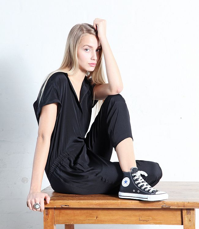 Relaxed chic, Vince Short Söeeve Jumpsuit and Converse All Stars