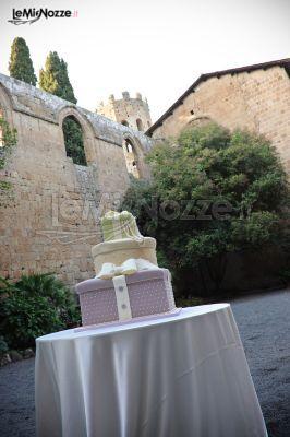 http://www.lemienozze.it/gallerie/torte-nuziali-foto/img29493.html Torta nuziale asimmetrica per il matrimonio