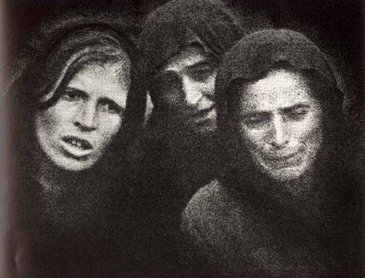 Χαροκαμένες μάνες στην Ήπειρο (1940). Φωτογραφία του Κώστα Μπαλάφα