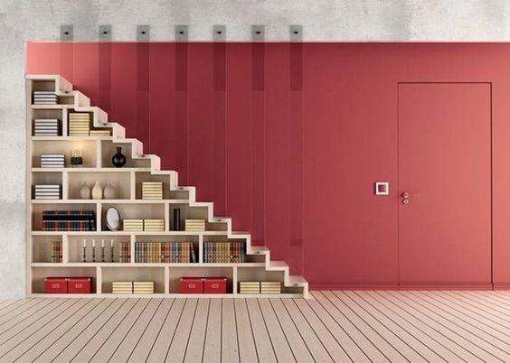 strisce di plexiglass come ringhiera per scale, con libreria sotto: idea da copiare!