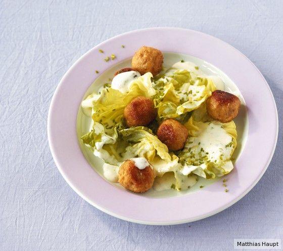 Das lieben Große und Kleine: krosse Semmelknödel und Salat mit sahnigem Dressing.