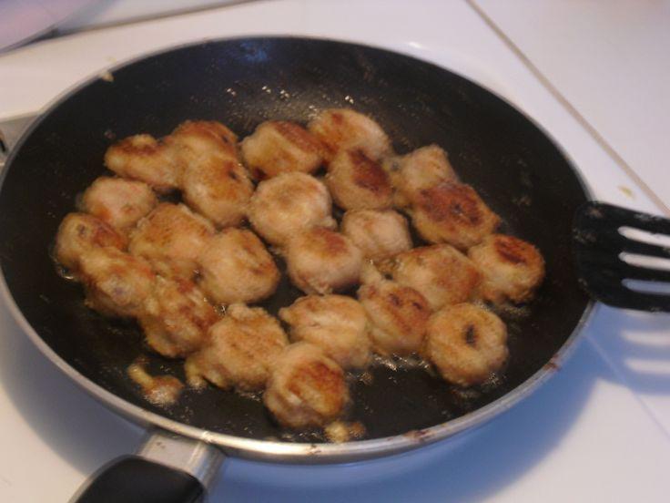 Recept som innehåller 400 g vit fisk, 1 gul lök, 1 ägg, 10 st räkor, 100 g crabfish, Salt, Peppar