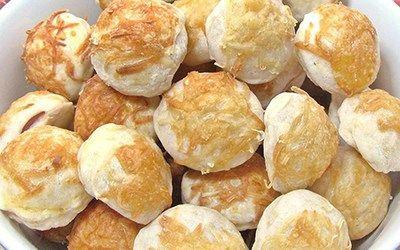 Virslisvel töltött sajtos pogácsák