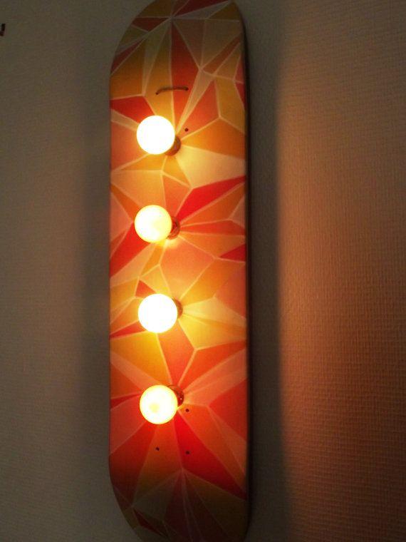 Skateboard lampe, 4 points lumineux, vendu avec ampoules jaunes et rouges, avec interupteur et prise européenne (fil de 1,50m).