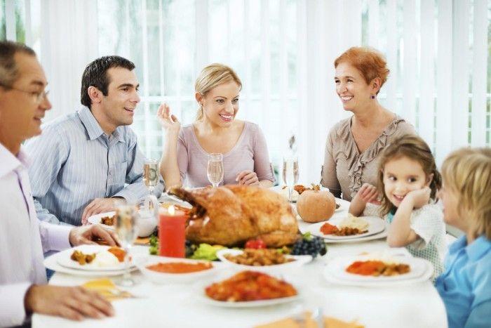 большая семья за обедом еда вас ждут