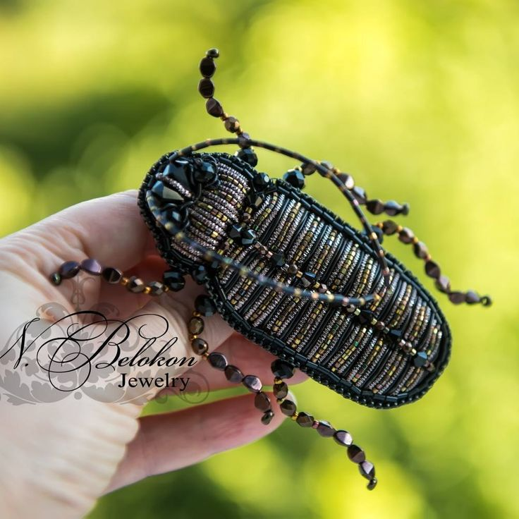 Таракашечка, брошь,  листаем 👉в конце видео на солнышке #n_belokon_jewelry #beetle #Cockroach  #beadembroidery #frenchwire #bullionwire #swarovskibeads #czechbeads #swarovski #brooch #animals #jewelry #жук #брошь #украшения #брошьжук #таракан #таракашки  #чешскиебусины #вышивкабисером
