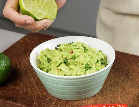 Guacamole er laget av moset avokado smakt til med saft av lime, løk, chili og hvitløk. Den er kjempegod å bruke som dipp til grønnsakstavene - f.eks. etter skoletid.