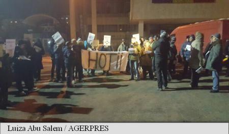 Aproximativ 100 de persoane protestează joi seara în centrul municipiului Alexandria împotriva adoptării de către guvern a ordonanței privind modificarea Codurilor penale și a proiectului legii privind grațierea.