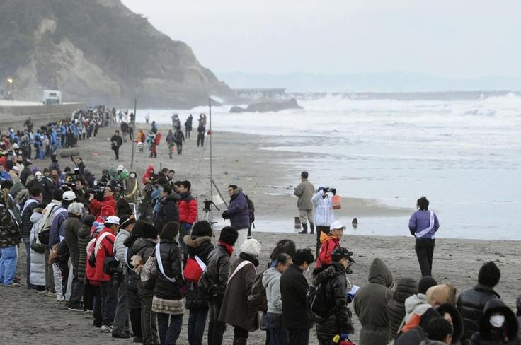 En las playas de Iwaki, prefectura de Fukushima, miles de personas unieron sus manos frente al mar.
