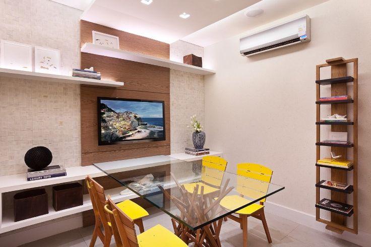 Silvana Andrade arquitetura - A sala de reunião tem mobiliário super diferente, como as cadeiras amarelas de madeira (Hill House). Todas as paredes do escritório receberam pintura Terracor (acabamento Limestone).