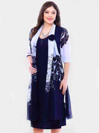 Эффектное нарядное тёмно-синее платье, основная ткань - лёгкий трикотаж и шифоновая накидка с сине - белым узором (идёт и по переду и по спинке), декорирована шифоновой розой (съемной розой ручной работы). Платье также декорировано по горловинке россыпью страз. Основа платья выполнена из трикотажного полотна прилегающего кроя с расклешением от бедра, индивидуальный образ придает шифоновая втачная накидка. В качественном исполнении, с прекрасной посадкой по фигуре.