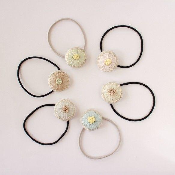 リネンの生地に花刺繍を施した くるみボタンのヘアゴムです。淡い控えめな配色はヘアスタイルを選ばず どんなスタイルにも相性は抜群。 大ぶりなシュシュや派手なヘア...|ハンドメイド、手作り、手仕事品の通販・販売・購入ならCreema。