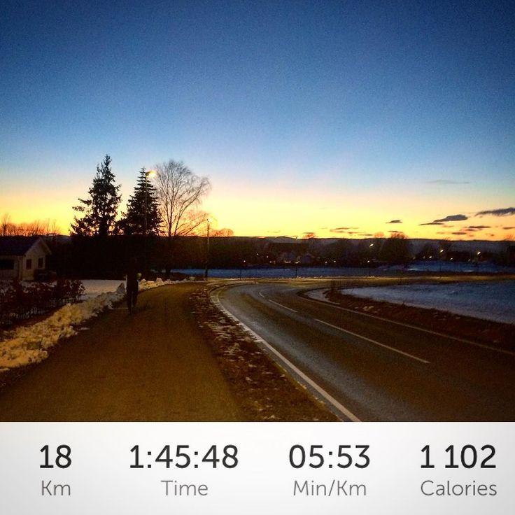 Dagens langtur startet vakkert med nydelig solnedgang og endte groteskt på toppen av Kjellebakken etter 12x200m med bakke-intervaller  #sprekfebruar 143/125km #marathontraining #hillrepeats #oslomaraton2016 #runnersofnorway #runnersworldnor #norskloping #worlderunners #minløpetur #mintreningsglede #norgesbeast #utno #liveterbestute #maratontrening #treningsinspirasjon_no #keepgoingfaster #løpeglede #sportsgalleriet by catwal