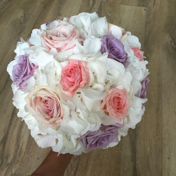 Buchet mireasa din hortensie si trandafiri
