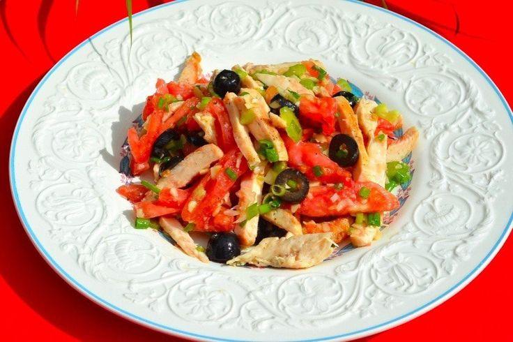 Салат из курицы  Ингредиенты:  Куриная грудка 2 шт; Помидор 2 шт; Черные оливки (б/к) 80 г; Сельдерей 3 стебля; Зелёный лук опционально; Малиновый уксус 1 ст.л.; Оливковое масло 3 ст.л.; Чеснок 1 зубчик; Соль по вкусу; Перец по вкусу;  Приготовление:  1.Время приготовления - 15 минут 2.Нарежьте куриную грудку полосочками. 3.Нарежьте лук, сельдерей, помидоры и оливки. Перемелите орехи. 4.Приготовление заправки: Смешайте уксус, масло, соль, перец, выдавите чеснок (по желанию). 5.Заправьте…