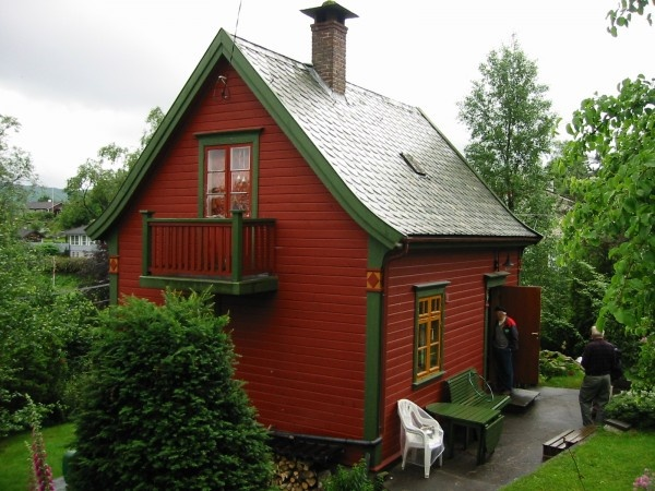 Homey Small Cabin Design Arouses Warm Sensation with Wooden Accent : Amazing Red Green Small Cabin Design Small Balcony Second Floor