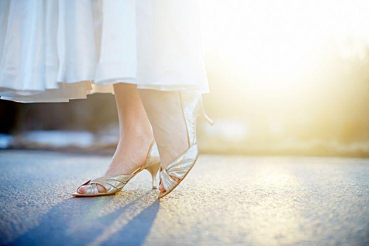 dayfotografi bröllopsskor, weddingshoes, backlight, weddingdress, Swedish wedding,