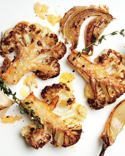 Des tranches de chou-fleur grillées avec du parmesan. Une bonne idée pour accompagner votre steak.