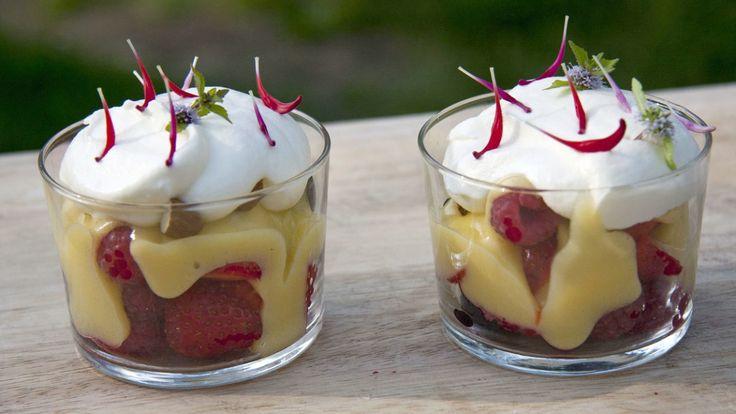 Friske bær med sitronkrem av eggeplommer