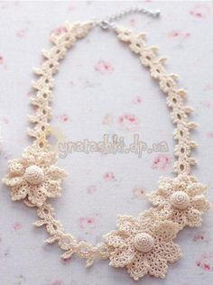 Crocheted necklace with flowers - free pattern