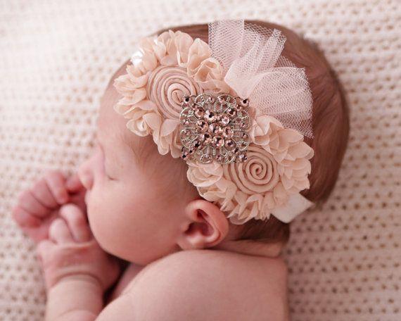 Bebé flor diadema disponible en rosados, suaves rosados, melocotónes, blancos, polvo rosa y marfil colores solamente.  Una deliciosa flor