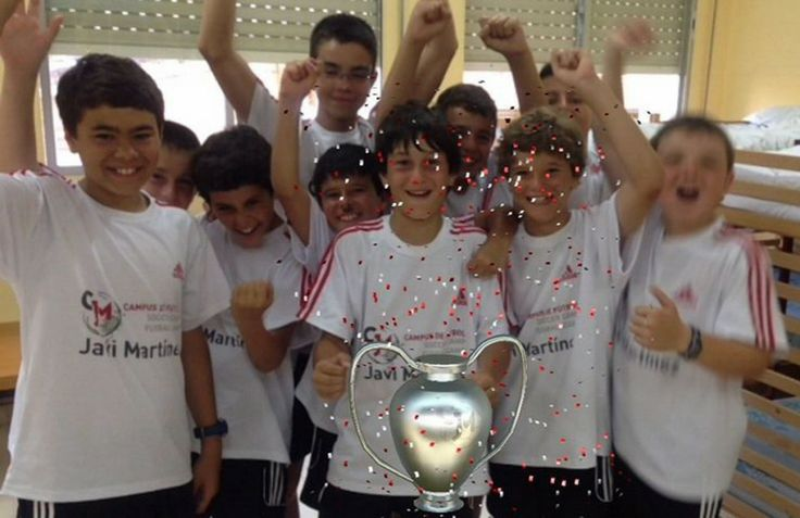 Children playing with #augmentedreality experience in Javi Martínez soccer camp.
