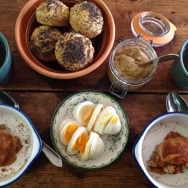 Lovely Sunday breakfast! Freshly Strict Paleo rolls with Eggplant Stir or sliced ​​boiled egg as toppings. Paleo porridge topped with apple puree that warms the body and several lovely cups of tea and coffee :) Have a great Sunday! The recipes can be found on our blog and in paleoskafferiet :) http://undervarttak.blogspot.se/2013/03/paleo-frallor-recept-enkelt-snabbt.html  http://undervarttak.blogspot.se/2013/08/auberginerora-paleo-recept-enkelt.html…