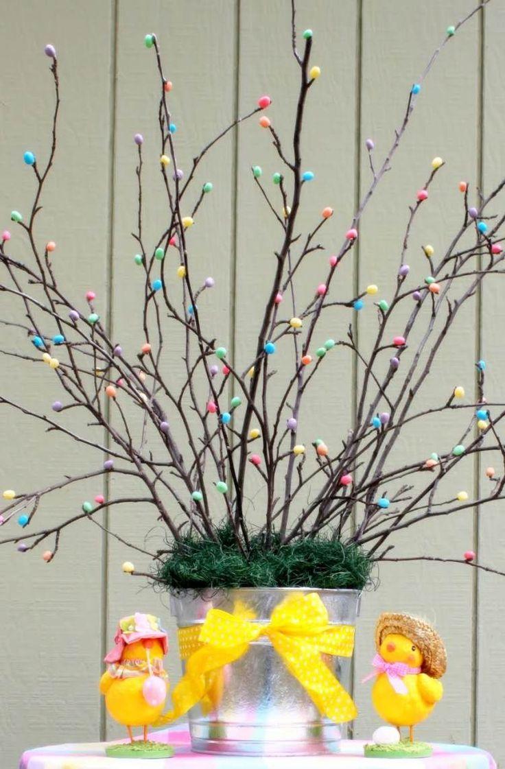 Zweige mit Bonbons verschönert in einem Eimer gesteckt