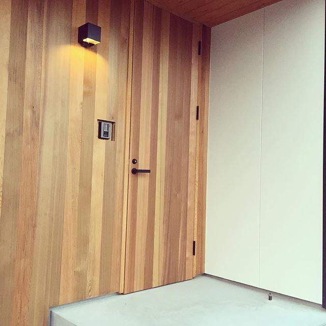 2016.6.9* ・ 造作玄関ドアもつきました♡ ・ 電気工事もほぼほぼ終わったようで、電気屋さんが夕方少し電気をつけてくれました◡̈❁ ・ 人感センサーのライトもいい感じ♡ ・ ・ #玄関#造作玄関#造作玄関ドア#玄関ドア#レッドシダー#マイホーム#マイホーム記録#注文住宅#housekuのキロク