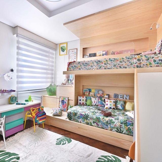 Quartinho temático todo selvagem e fofo! Na cama debaixo tem lençol INSETOS e na de cima lençol ANIMAIS com muitas almofadinhas de estampas diferentes! Na decoração da parede pôsters exclusivos FOLHAGEM, COSTELA DE ADÃO e INSETOS que você encontra no nosso site Projeto: @uebaa_design Tapete e brinquedos: @mimootoysndolls