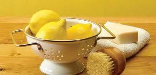 Citroenen zijn een goed hulpmiddel om schoon te maken! Citroensap is o.a te gebruiken om je toilet, spiegels, keuken en snijplanken mee schoon te maken. Leg een halve citroen in de koelkast om onaangename geuren te laten verdwijnen! Wil je meer schoonmaaktips? Kijk voor meer informatie op: www.hulpstudent.nl