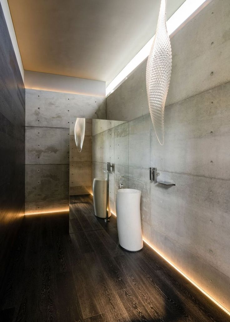 Sichtbeton-Wände und Holz-Bodenbelag durch Beleuchtung betont