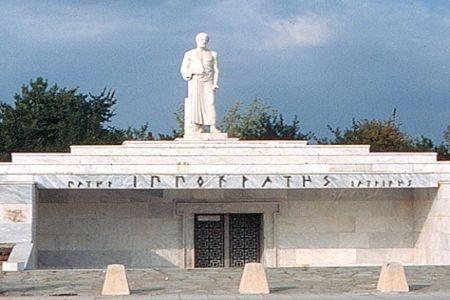 Το 1826, και εξαιτίας μιας πλημμύρας του Πηνειού, αποκαλύφθηκε ο τάφος του Ιπποκράτη (460 - 377 π. Χ.), πατέρα της ιατρικής επιστήμης.