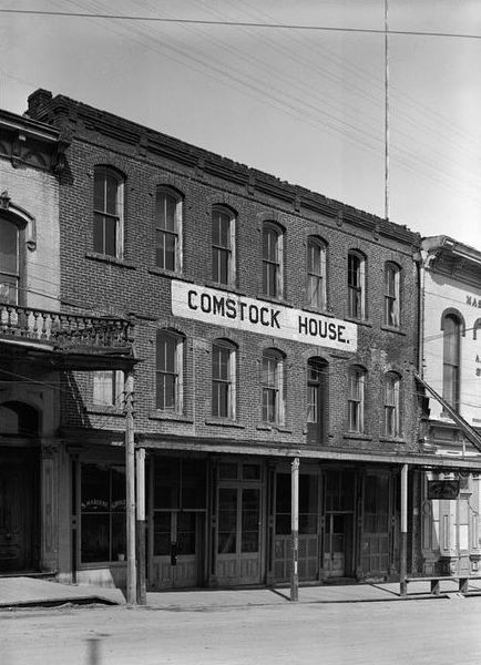 El perro rojo ocupó el primer piso de la casa de Comstock, que fue construido en 1863. Hoy en día, el perro rojo continúa dibujando a amantes de la música a Virginia City, Nevada.  Foto a través del perro rojo.