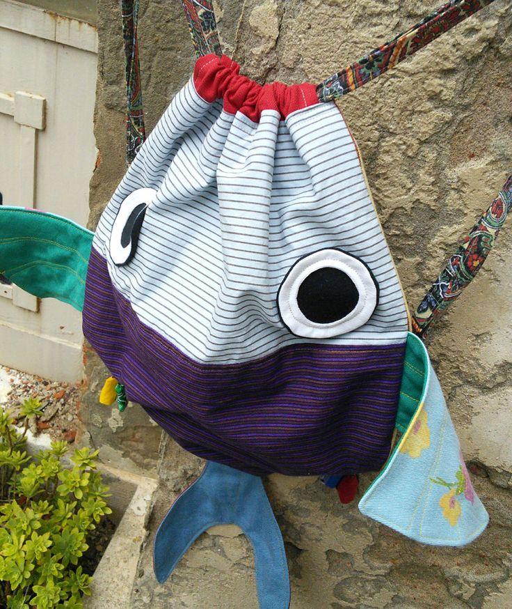 Dies ist eine benutzerdefinierte Liste. Bitte kaufen Sie nicht, es sei denn Sie Ivonne, danke sind! ;)  Ein Liniertes Kordelzug-Rucksack für Kinder. Diese Großfische können tragen die Nap-Decke, die Lieblings-Plüschtier, Geschirr... Es ist ein ganz besonderes Geschenk Schule starten gut gelaunt :-)  Unsere Rucksäcke sind eines der eine Art Stücke hergestellt aus wiedergewonnenen und repurposed Stoffe und Kleidung. Zeichenfolgen sind einstellbar. Hand oder Maschine waschen in kaltem Wasser…