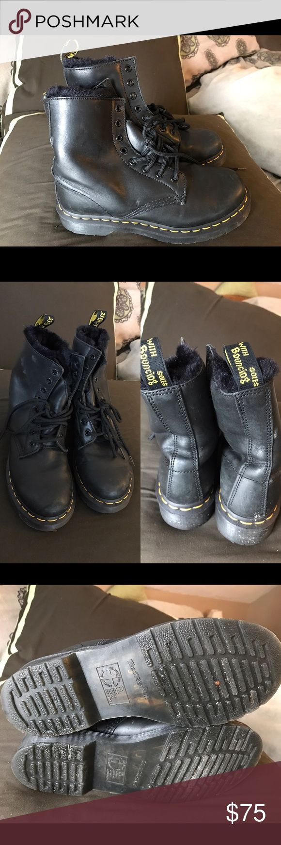 Dr. Martens Serena, really good condition!! Worn 5 times, some mild scuffs, EXTRA-TOUGH, DURABLE SOLE—& LINED WITH SOFT, RICH ARTIFICIAL BLACK FUR. ORIGINAL DOC DNA IS STILL INTACT, THOUGH— LIKE YELLOW STITCHING, GROOVED SIDES, AND HEEL LOOP. CONSTRUCTED ON OUR ICONIC AIR-CUSHIONED SOLE, THAT'S OIL-AND-FAT RESISTANT WITH GOOD ABRASION AND SLIP RESISTANCE THIS SHOE IS GOODYEAR-WELTED, (THE UPPER AND SOLE ARE SEWN TOGETHER IN OUR HEAT-SEALED Z-WELT STITCH). IT'S MADE WITH CARTEGENA LEATHER, A…
