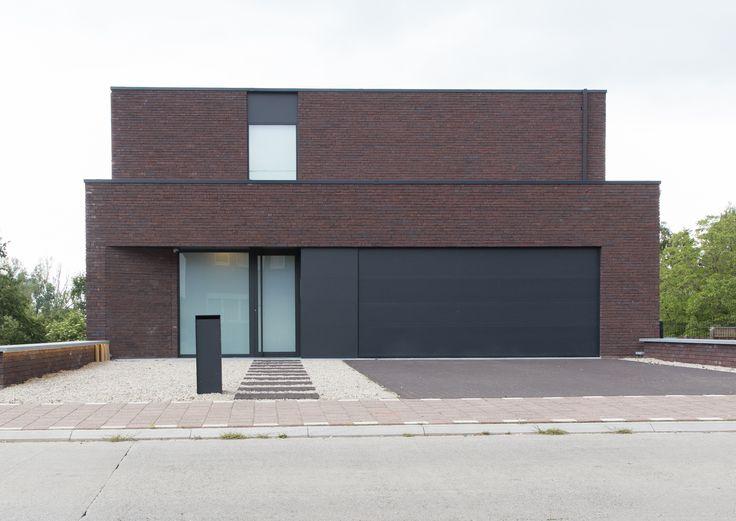 Moderne villa met gesloten voorgevel voor maximale privacy