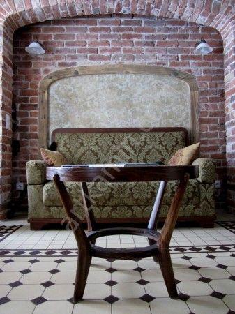Старый диван. И стол.
