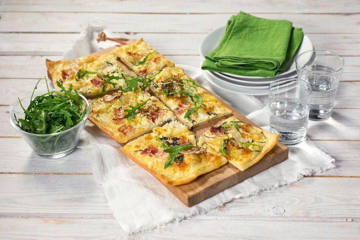En original pizzavariant med spennende smak av bakt hvitløk, fyldig port salut, blomkål og bacon. Toppet med frisk ruccola blir dette helt sikkert en ny helgefavoritt.