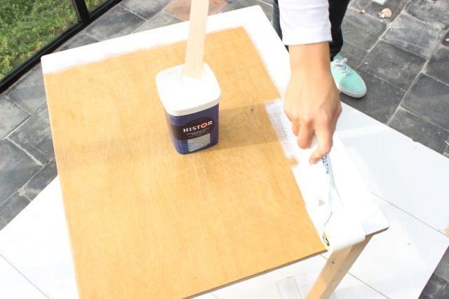 Stap 3: Verf nu het tafelblad wit.
