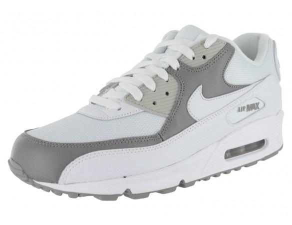 Inspiré de la chaussure de course créée par Nike en 1990, le modèle Air Max 90 '08 pour Homme reste toujours aussi actuel. Confortable et parfaitement tendance, cette basket revient sur le devant de la scène dans de nouvelles combinaisons de couleurs et de matières. Chausport vous propose ici le modèle en blanc et gris. Son empeigne en cuir pleine fleur permet d'avoir le pied parfaitement enveloppé et verrouillé. Absorption maximale des chocs grâce a la bulle d'air apparente de la semelle…