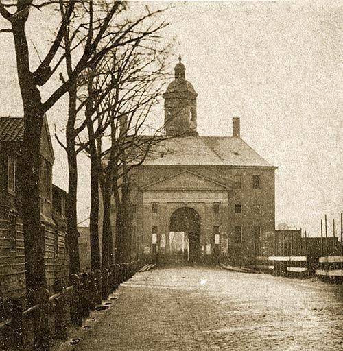 Een zeldzame foto van de Utrechtsepoort uit 1858. Kort na het maken van deze foto zou de poort afgebroken worden.